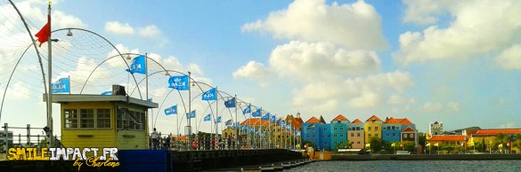 Willemstad et son ponton - les maisons y sont très colorées